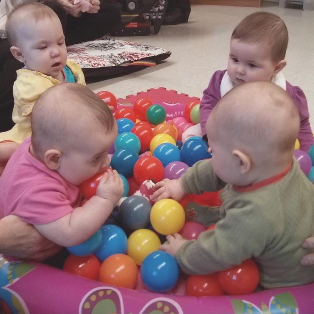 Bébés qui s'amusent dans la piscine à balle