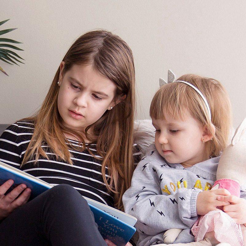 Grande soeur me fait la lecture