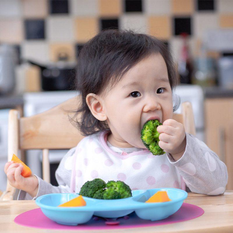 Bébé qui mange des légumes