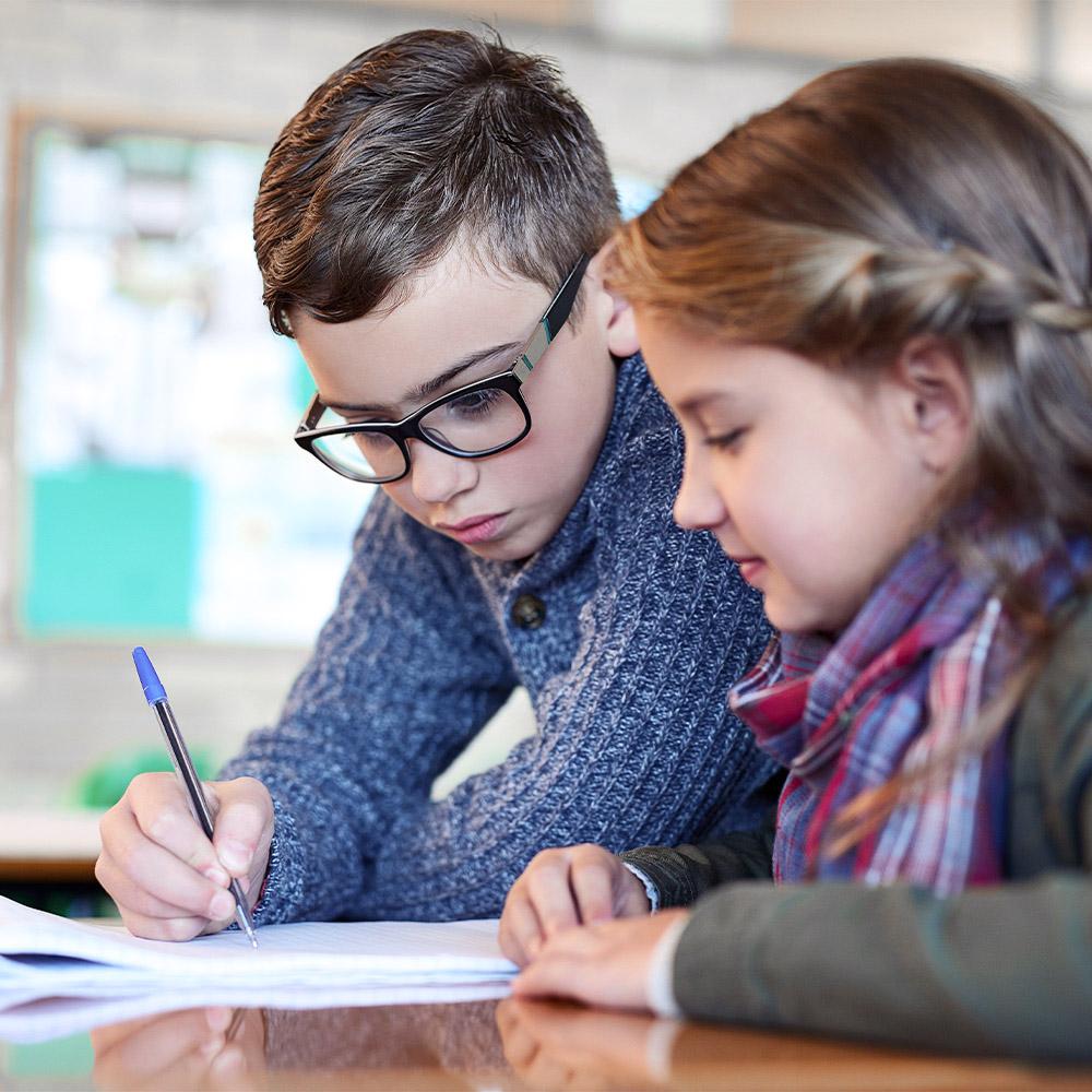 Enfant qui font leurs devoirs