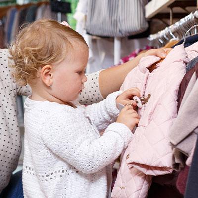 Bébé à la boutique aux petits trésors